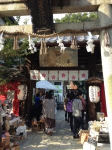 手作りの雑貨やアクセサリー、お菓子、お惣菜などが30軒ほど並びます。